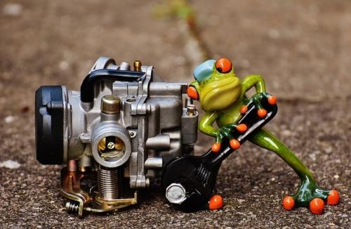 une grenouille visse une machine
